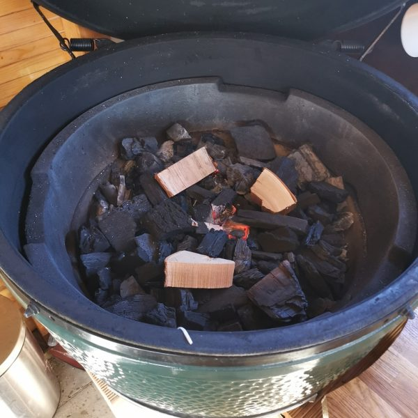 Beim Kamado Grill reicht ein Glutnest in der Mitte aus, aussen herum werden die Chunks zum smoken gelegt.